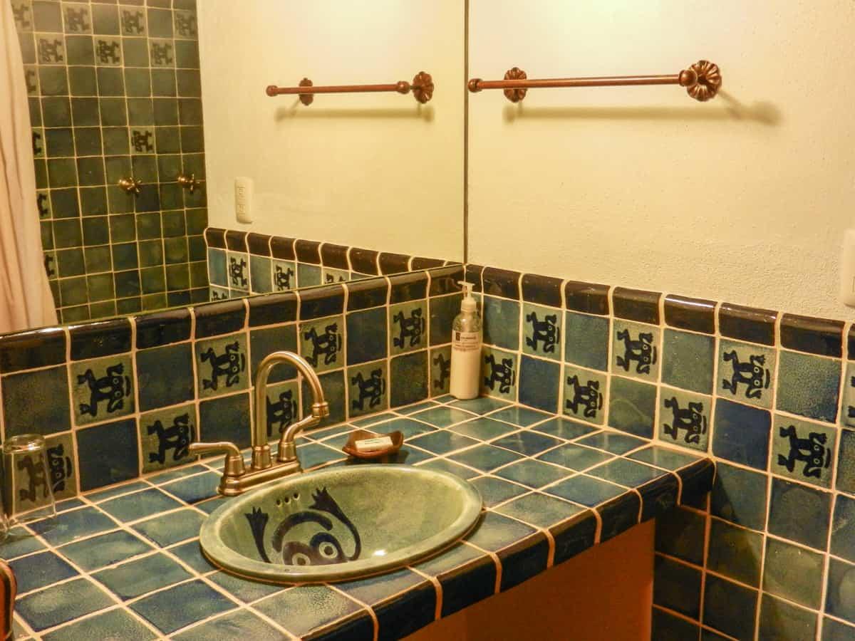 Hotel en Pátzcuaro Yolihuani Donaji baño lavabo espejo ducha