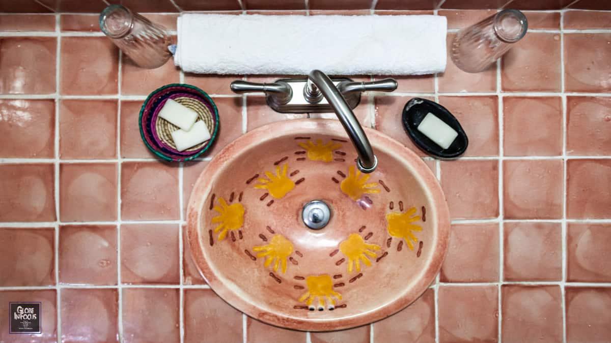 Hotel en patzcuaro 6 HUANEERI Luz de luna Cora baño lavabo