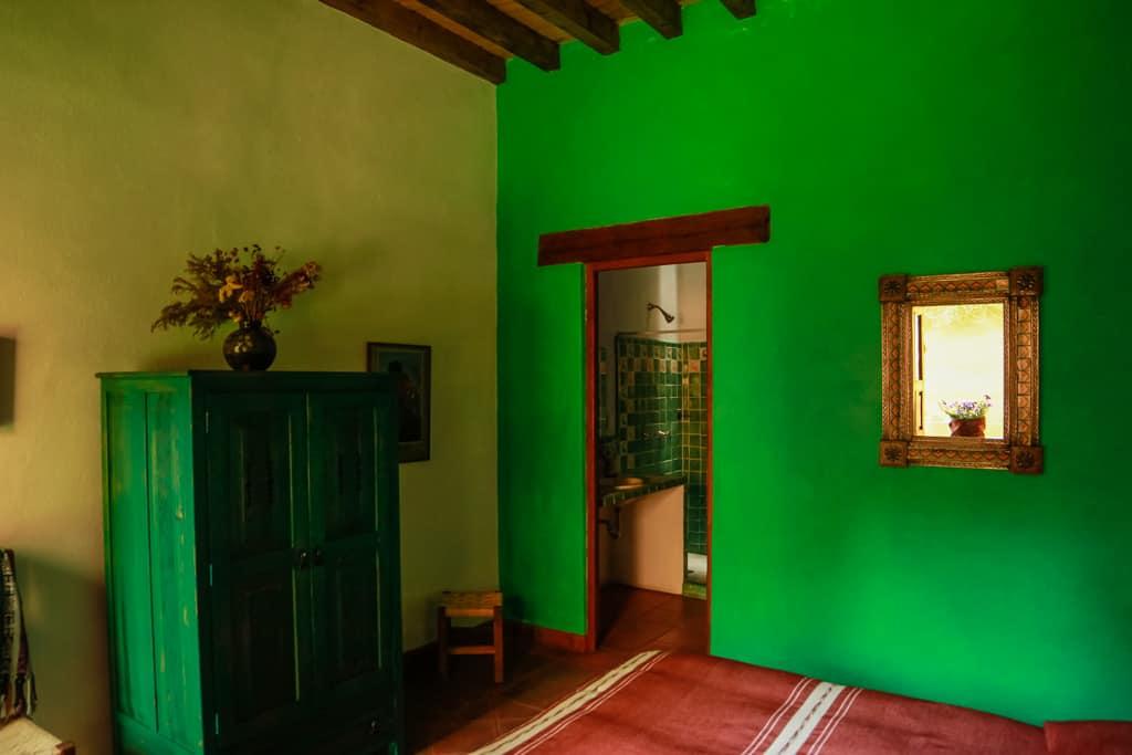 hotel en patzcuaro isawara pared verde
